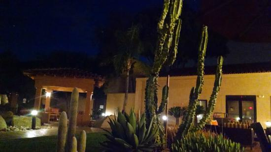 Courtyard Phoenix Camelback : patio and relaxation