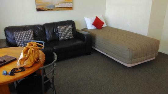 Beachcomber Motel: Zona de estar con cama supletoria