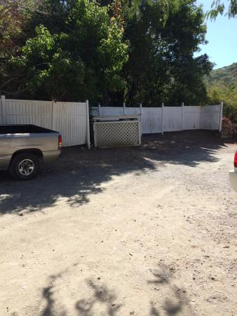 Inn at Tamarind Court: Driveway and neighborhood is sketchy