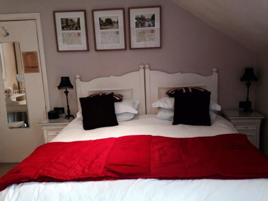 Shelbourne House: Huge bed!