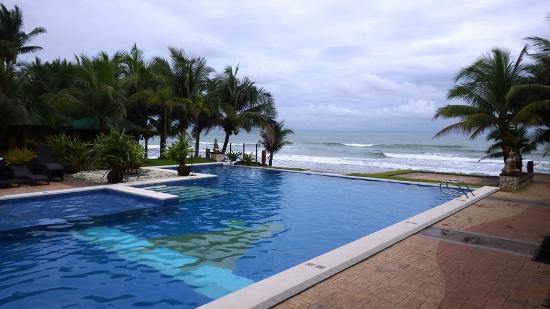 Infinity pool picture of pamarta bali beach resort morong tripadvisor for Beach resort in morong bataan with swimming pool