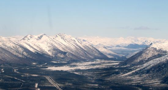 Northern Alaska Tour Company: The approach to Coldfoot, with the Dalton Highway and the Alaska pipeline.