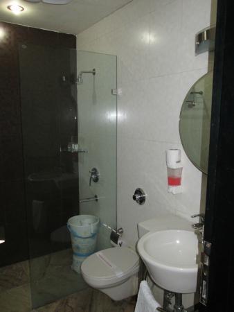 Hotel Jeniffer Inn : Bathroom