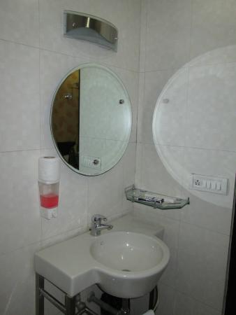 Hotel Jeniffer Inn: Bathroom