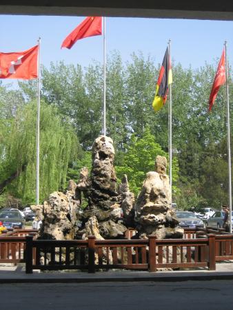 CITIC Hotel Beijing Airport: Стелла перед отелем
