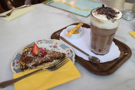 Escobar: Beautiful hot chocolate and Dulce de Leche cake