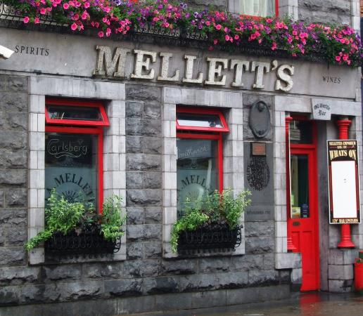 Swinford, Irlanda: Mellett's Emporium, everybody is welcome.