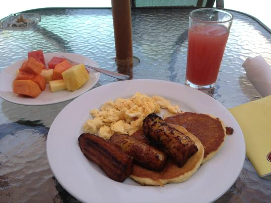 Hotel Terraza: my breakfast: watermelon juice, fresh fruits, eggs, bananas and pancakes