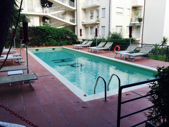 Hotel Principe : Piscina con fondo sabbia effetto acqua color verde smeraldo