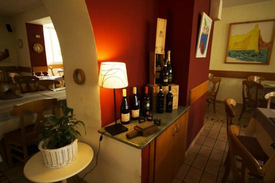 Albergo Lario: Angolo vini in esposizione