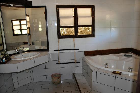 Badezimmer mit Eckbadewanne - Bild von Le Paradisier, Ifaty ...