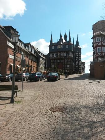 Hotel Die Sonne Frankenberg: Links auf dem Bild befindet sich das Hotel. Gerade aus das Rathaus von Frankenberg