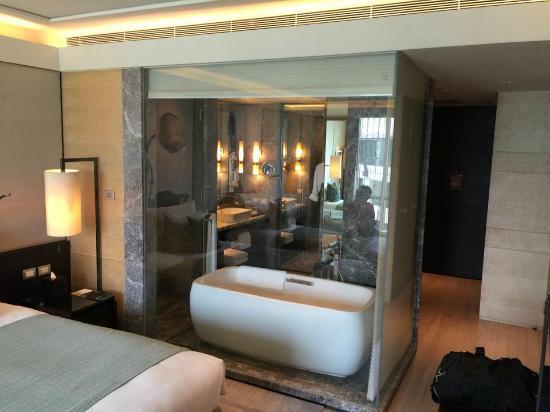 Siam Kempinski Hotel Bangkok: Open Concept Bathroom (657)