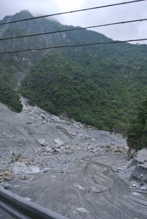 水が少ない時期で石がむき出しの渓谷