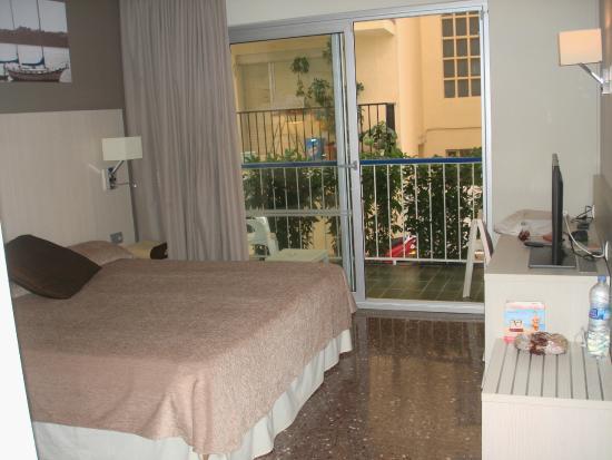 Hotel GHT Costa Brava: Номер на первом этаже с окном во двор (тихо)