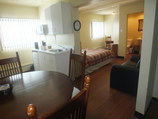 St Augustin de Desmaures, แคนาดา: Suite (lit double) avec cuisinette et salle de bain privée dans la chambre