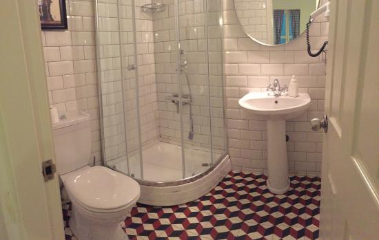 Portus House Istanbul: Really clean bathroom (with a blow dryer, heater). Loved those tiles!