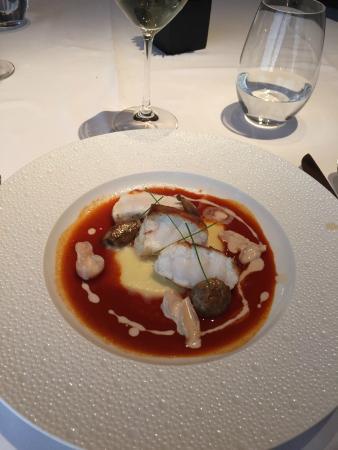 Monkeyfish m sås av grillad paprika och pärllök.
