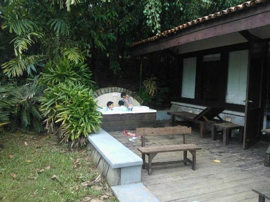 Flameback Lodges: jacuzzi in the luxury cottage
