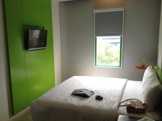 POP! Hotel Tebet Jakarta : Room dgn rate 420. Sizenya besar, ada jendela dan bed nya gede. Bs jg bwt bertiga