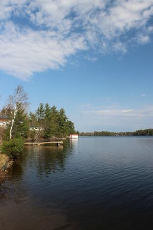 Pinedale Inn: From the shore - a view of the lake