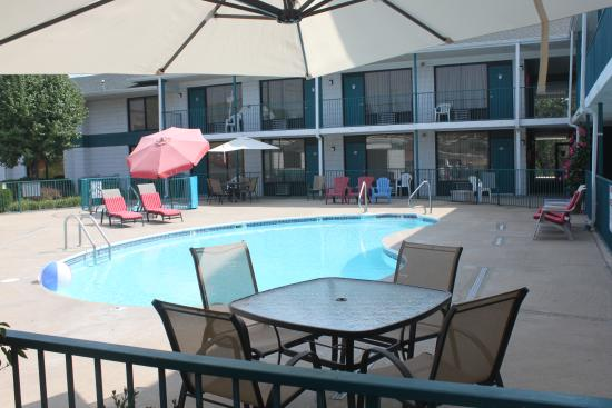 Ozark Valley Inn: Outdoor Pool & Hot Tub