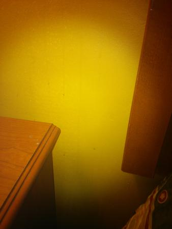 Rodeway Inn: Yellow walls, brown streaking