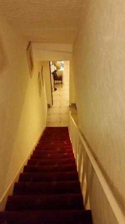 Chrysos Hotel: Treppe zum Frühstücksraum im Keller