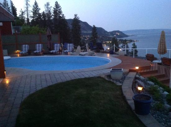 Okanagan Oasis B&B: Twilight view across the pool