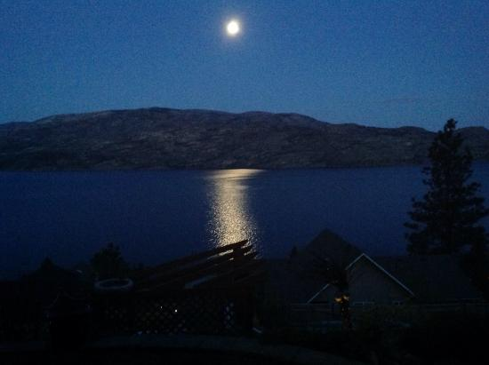 Okanagan Oasis B&B: Moonlight twinkling reflected in the lake. Very romantic!