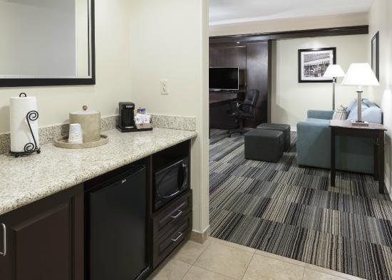 Hampton Inn & Suites Omaha - Downtown: Kitchen