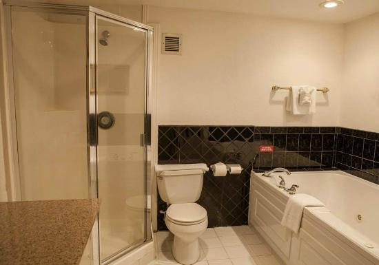 Billings Hotel & Convention Center: Business Suite Bathroom