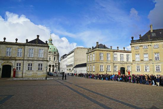 ‪Changing of her Majesty's guard at Amalienborg Castle‬