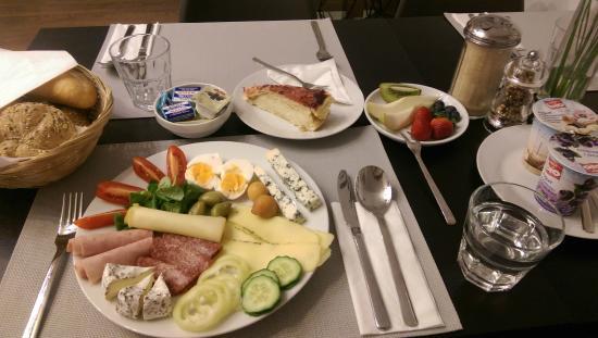 Hotel 100: Breakfast