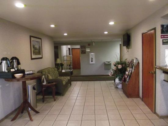 Best Western Hermiston Inn: A view from the front door looking into the hotel lobby.