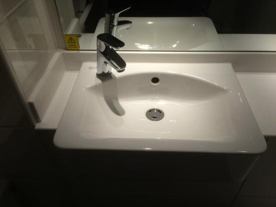 Premier Inn Wirral (Two Mills) Hotel: Clean spotless sink