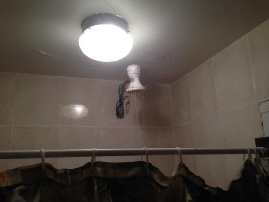 Hotel La Torre: Shower spilling water everywhere