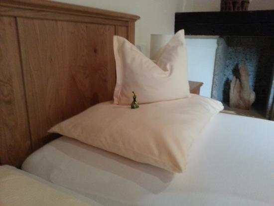 Cuscini del letto con cioccolatino di benvenuto picture of