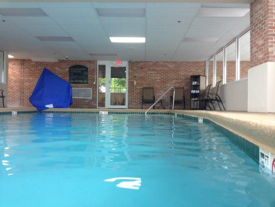 Holiday Inn Overland Park-Conv Ctr: Glass windows surround 3 sides of the pool /gym area.