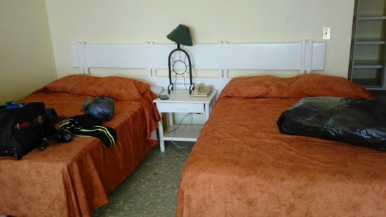 Las Torres Gemelas: Las camas con cobertores ya viejos y desgastados