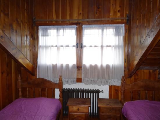 Universal Traveller's Lodge Hostel: Our wooden room