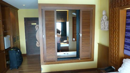 Chalelarn Hotel Hua Hin: Looking from the room to the bathroom. The doors can be opened or closed