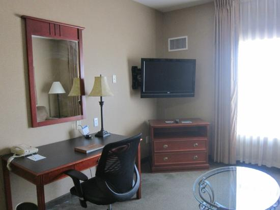 Homewood Suites by Hilton Sioux Falls: TV worked well and desk was convenient for work