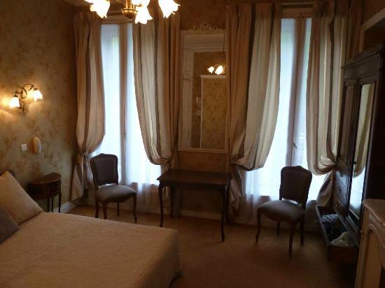 Hotel d'Argenson: 伝統的な感じの広めの部屋
