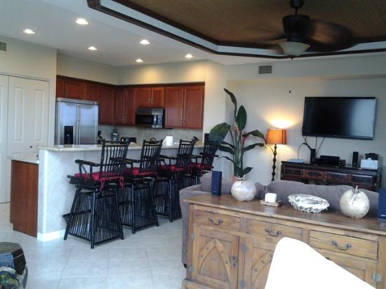 Palm Villas at Mauna Lani: Kitchen, Bar Seating, TV Room