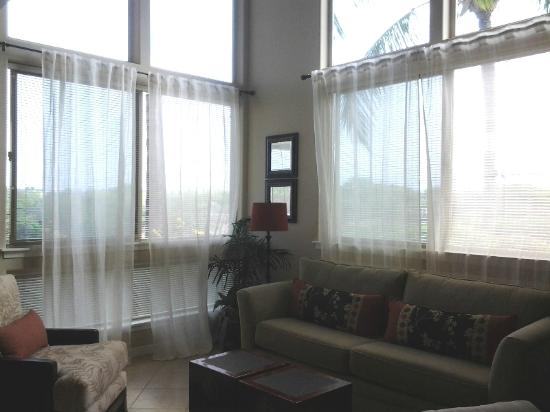 Palm Villas at Mauna Lani: 2nd Seating Area (the curtains are usually straight!)