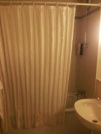 Campanile Hotel Gouda: Tenda della doccia su vasca