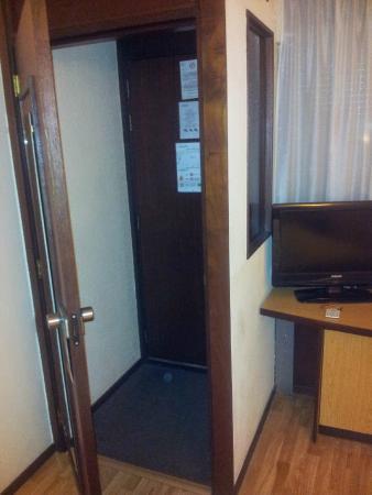 Campanile Hotel Gouda: Assurda doppia porta con botola vetrata