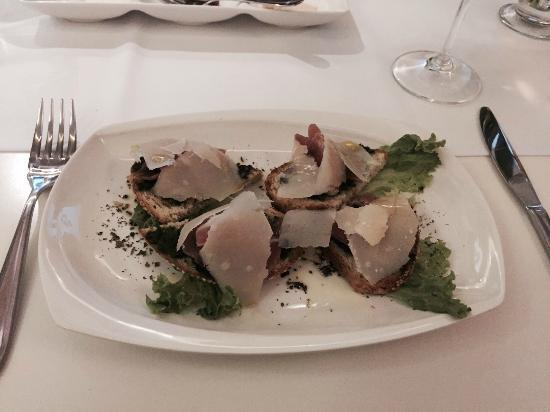 Moon Garden Restaurant: Parma Ham, parmesan cheese and pesto bruschetta