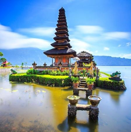 Jimbaran, Indonesien: Temple on the lake